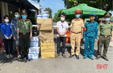 Người dân TP Hà Tĩnh trao vật phẩm tiếp thêm sức mạnh chống dịch cho các lực lượng