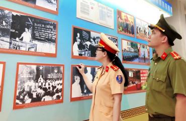 """Tham quan triển lãm """"75 năm CAND - Vì nước quên thân, vì dân phục vụ"""""""