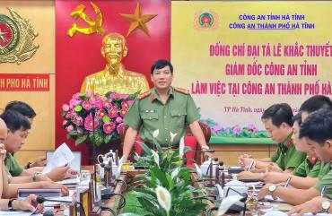 Đại tá Lê Khắc Thuyết - Giám đốc Công an tỉnh làm việc tại Công an TP Hà Tĩnh