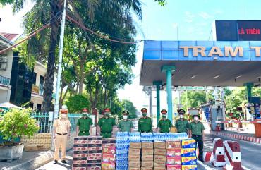 Công an TP Hà Tĩnh hỗ trợ Công an TP Vinh, tỉnh Nghệ An nhu yếu phẩm phòng chống dịch Covid-19