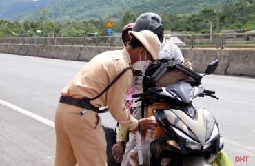 Lực lượng chức năng Hà Tĩnh căng mình kiểm soát, hỗ trợ bà con hồi hương