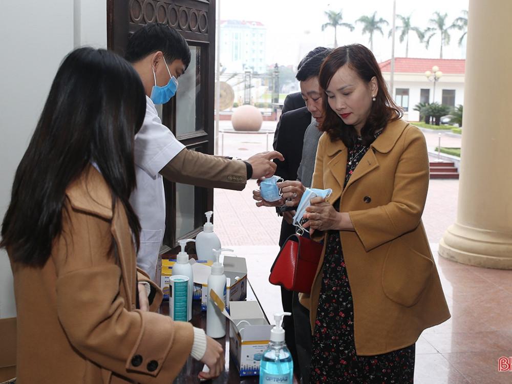 Đại biểu được kiểm tra thân nhiệt, rửa tay sát khuẩn trước khi vào phòng họp