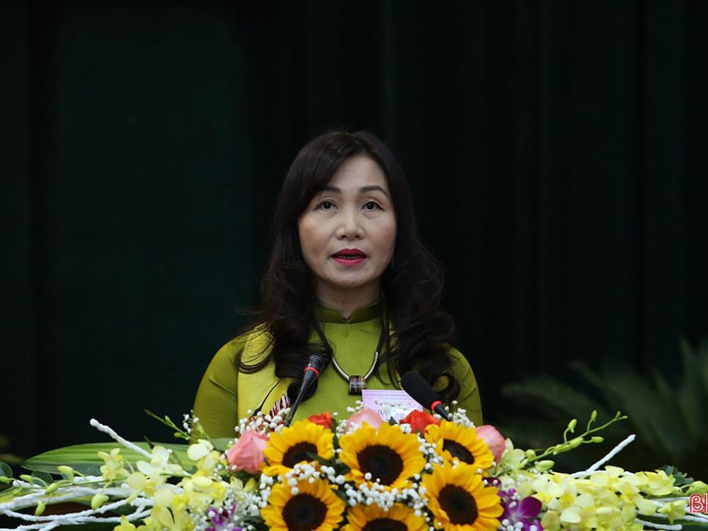 Phó Chủ tịch Ủy ban MTTQ tỉnh Nguyễn Thị Mai Thủy báo cáo tại kỳ họp