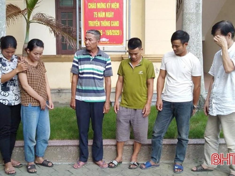 Một số đối tượng trong đường dây đánh bạc bị Công an huyện Can Lộc bắt giữ ngày 24/8